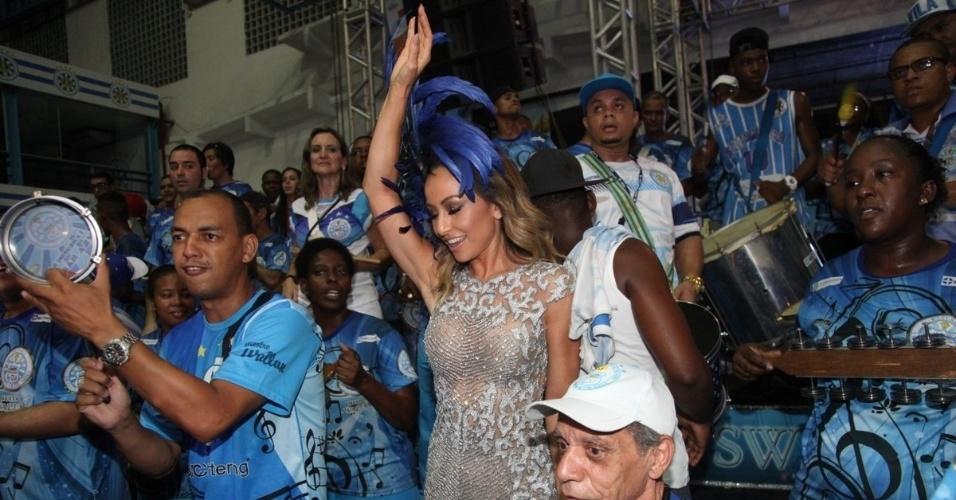 21.dez.2014 - Rainha de bateria, Sabrina Sato exibe boa forma em vestido transparente durante ensaio da Vila Isabel na quadra da escola, no Rio de Janeiro