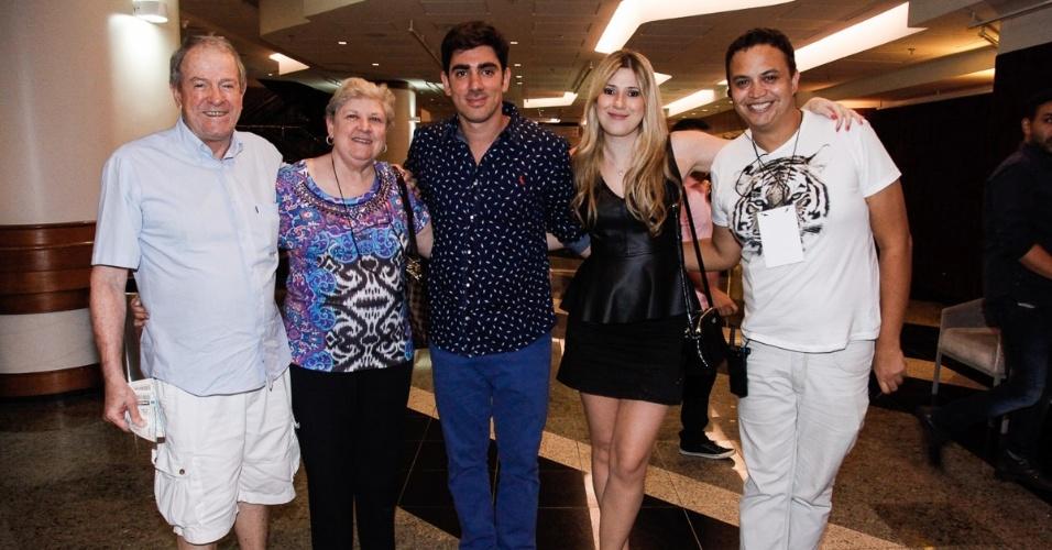 Dani Calabresa e Marcelo Adnet posam com os pais de Dani e um amigo no último espetáculo de