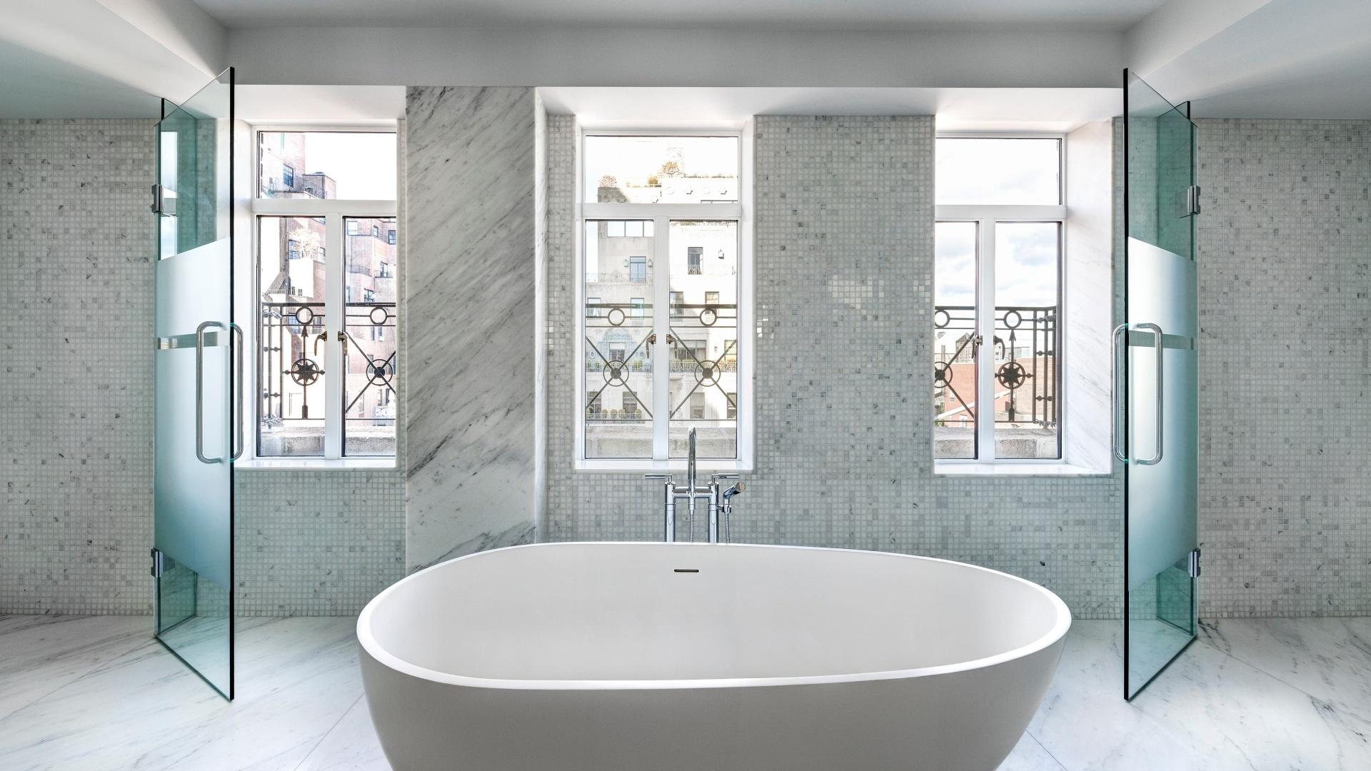 banheiros das unidades tem revestimento em mármore e janelas grandes #4A6C6B 1920 1080
