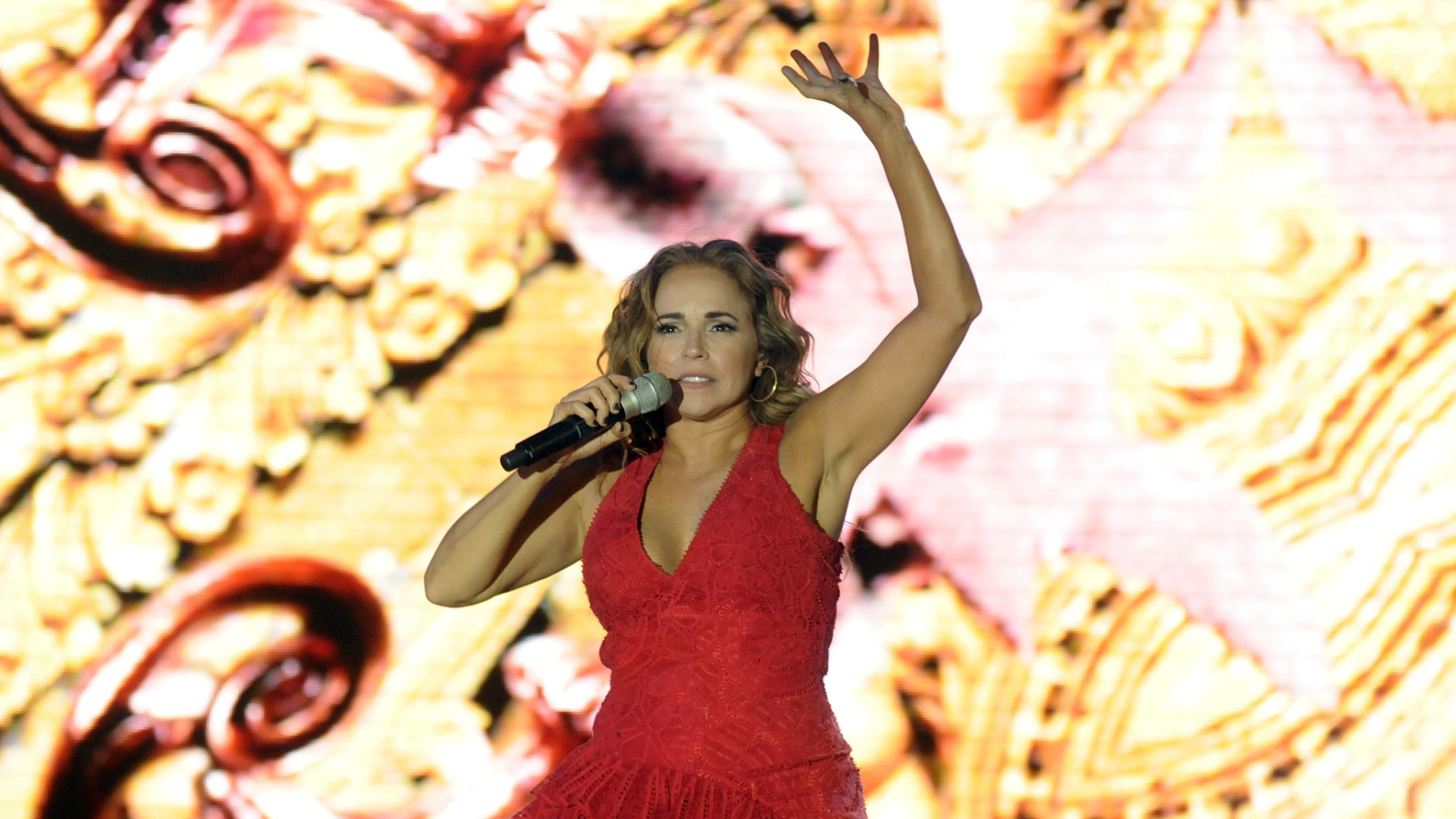 1.jan.2015- Daniela Mercury faz homenagem ao axé no tradicional Pôr do Som, realizado sempre no primeiro pôr do sol após o Réveillon, na Praça Cairu em Salvador