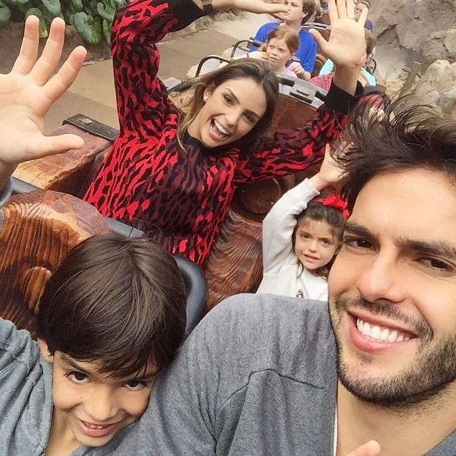6.jan.2014 - Carol Celico publicou um registro das férias ao lado de Kaká e dos filhos, Isabella e Luca, nesta terça-feira (6)