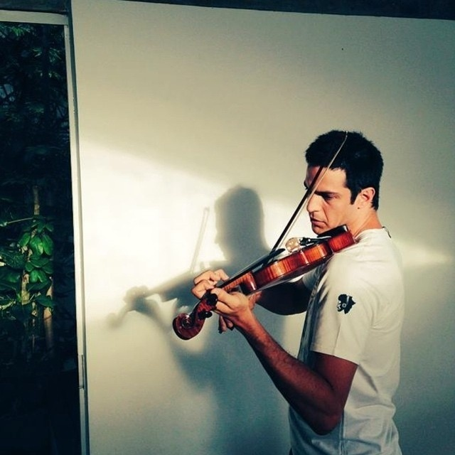 6.jan.2015 - Mateus Solano tem se dedicado ao estudo do violino. O ator publicou uma imagem em sua conta no Instagram em que aparece compenetrado, treinando o instrumento