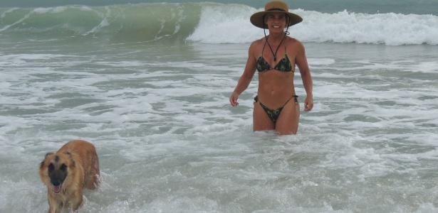 Aos 62 anos, Bruna Lombardi posa com um dos seus cães, Gaia, no mar de Trancoso