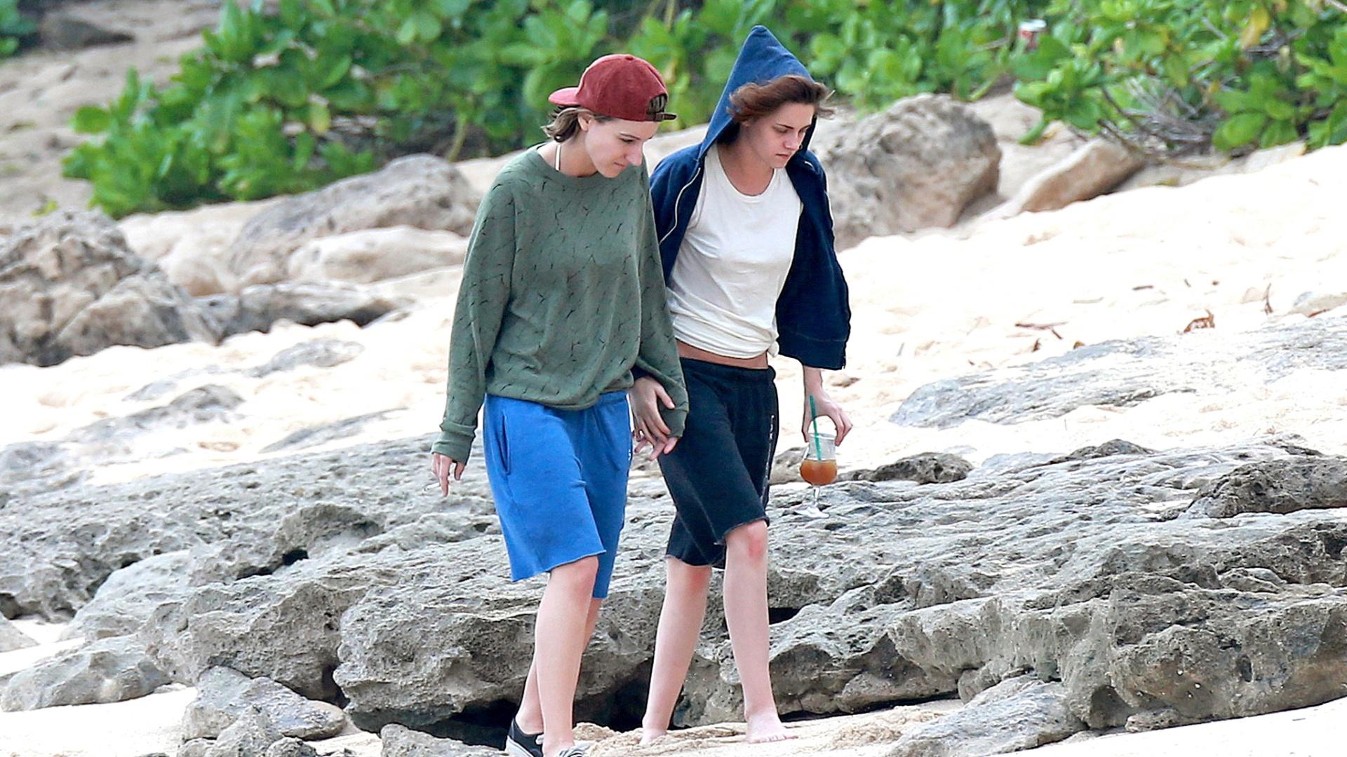 31.dez.2014 - Kristen Stewart caminha de mãos dadas com a amiga e ex-assistente pessoal Alicia Cargile em viagem ao Havaí