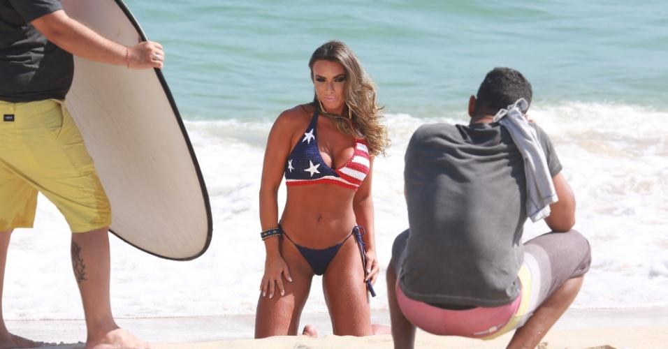 08.jan.2015 -  Nicole Bahls fez um ensaio fotográfico na praia de Grumari, zona oeste do Rio de Janeiro, final da tarde desta quinta-feira(8). O biquíni de crochê com a estampa da bandeira dos Estados Unidos chamou a atenção dos banhistas que acompanharam a sessão de fotos