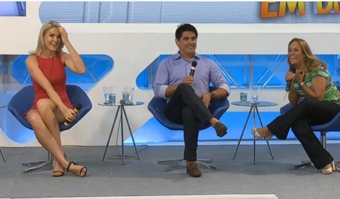 """8.jan.2015 - Ana Hickmann, César Filho e Renata Alves apresentam novo formato do """"Hoje em Dia"""", da Record"""