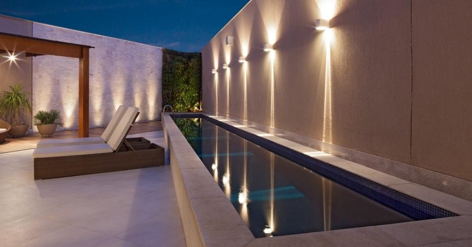 Com 40 m2, esta piscina em forma de raia construída na área de lazer de uma residência pela arquiteta Estela Netto tem estrutura de concreto armado. Segundo ela,