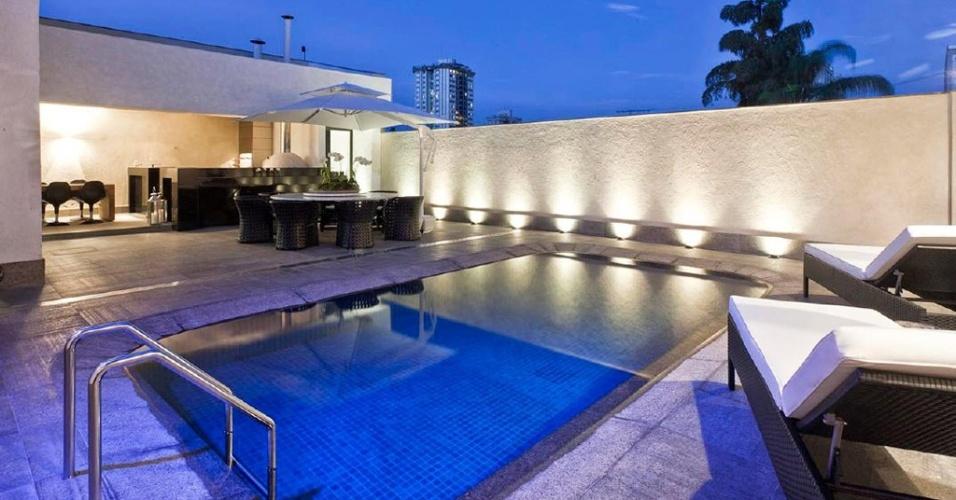 Conjugada à área gourmet, a piscina idealizada por Cristina Menezes (18 m²) é de concreto. O revestimento de pastilhas de porcelana foi escolhido por se adaptar melhor ao desenho em curva. Repare na borda, que é do tipo