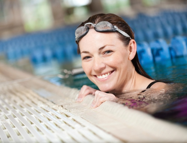 Hidratação é essencial para recuperar os danos que a água da piscina causa nos fios