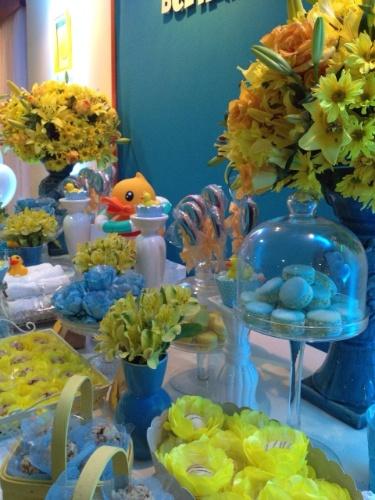decoracao de festa azul marinho e amarelo:Patinho de borracha é tema de festa de aniversário de um ano de