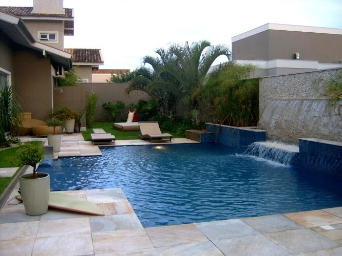 Esta piscina com 40 m² foi construída em um jardim, integrandose à