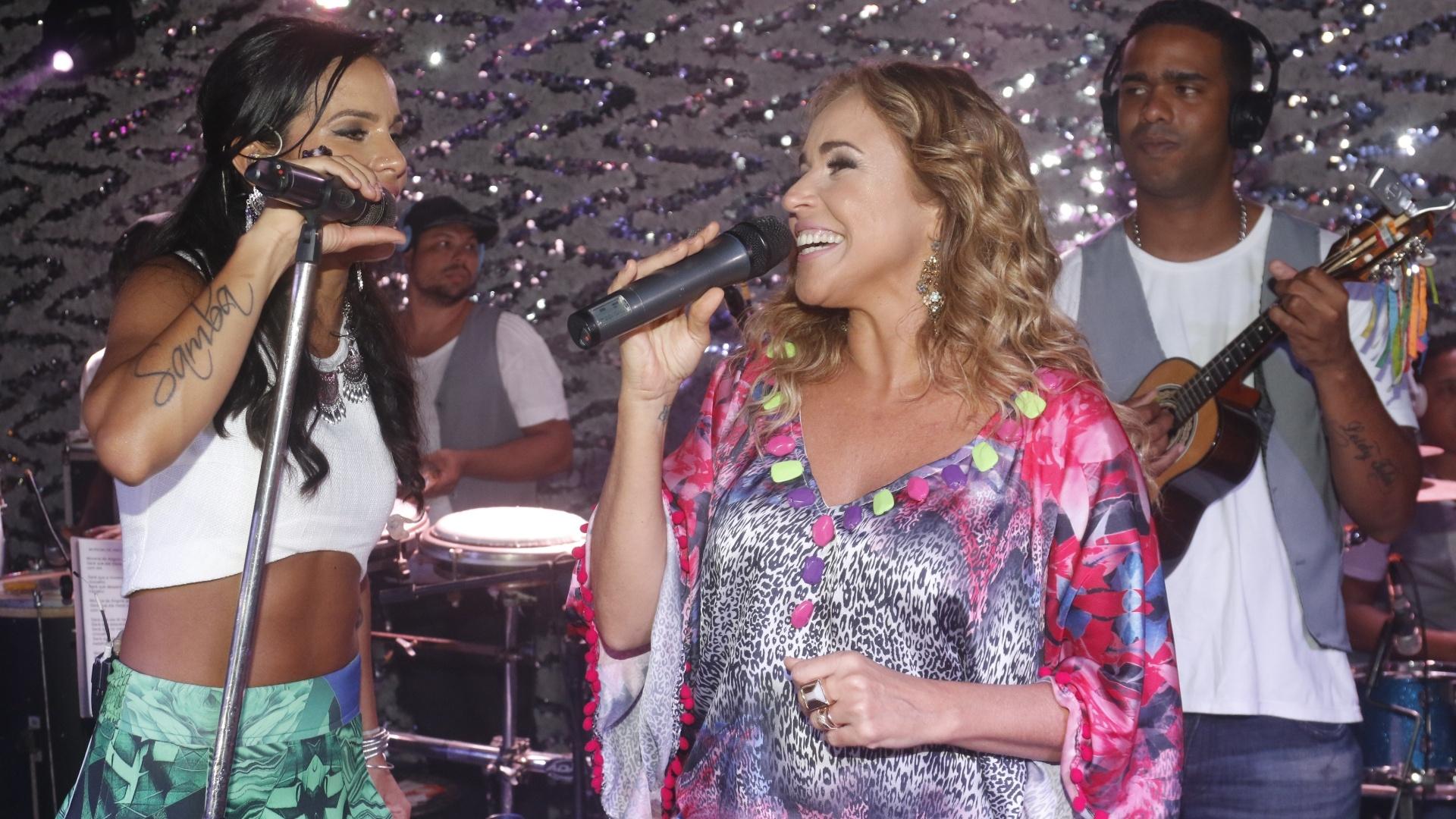 8.jan.2015 - Daniela Mercury invade o primeiro ensaio de Ju Moraes para o Carnaval baiano no Red River, em Salvador, nesta quinta-feira