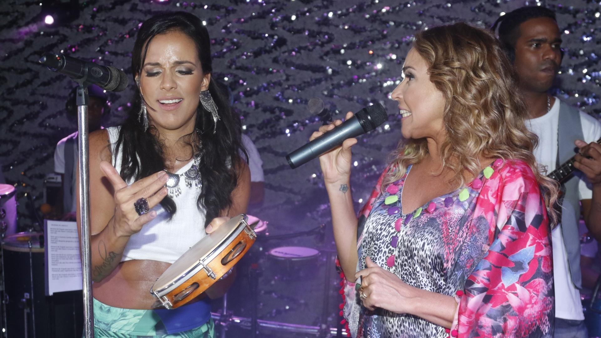 8.jan.2015 - Ju Moraes toca pandeiro para Daniela Mercury em seu primeiro ensaio do