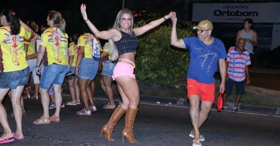 9.jan.2015 - Loira, Dani Sperle usa microshorts no ensaio da escola de samba União da Ilha