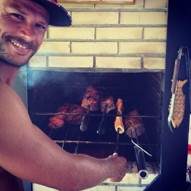 11.jan.2015 - Cozinhar não é apenas trabalho para Rodrigo Hilbert. O apresentador do
