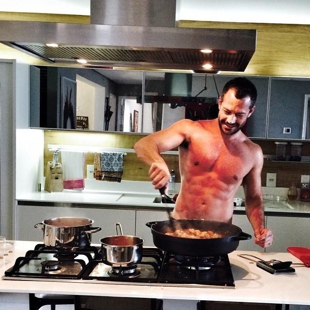 11.jan.2015 - Malvino Salvador quis mostrar suas habilidades culinárias ao compartilhar uma foto no Instagram, mas acabou chamando a atenção por outro motivo: sem camisa, o ator mostrou estar em ótima forma