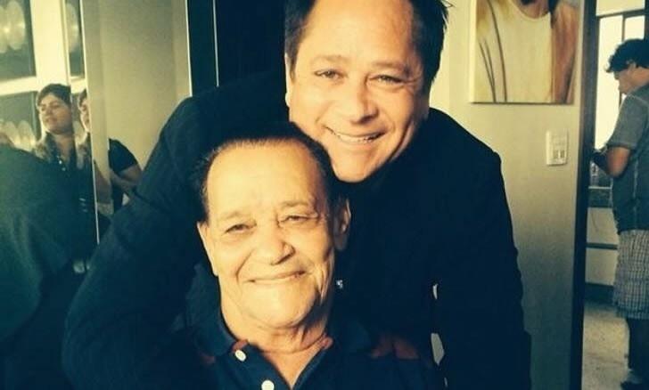 Leonardo abraça o pai Avelino em foto publicada nas redes sociais