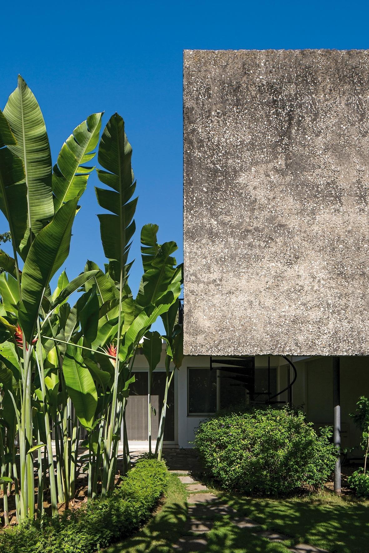 A empena cega (concreto) da fachada leste tem como objetivo dar privacidade à suíte do casal. Embaixo e em primeiro plano está o jardim do quarto de hóspedes, com helicônias. Com paisagismo de Roberto Burle Marx, a Casa Schulthess tem arquitetura de Richard Neutra e fica em Havana, Cuba