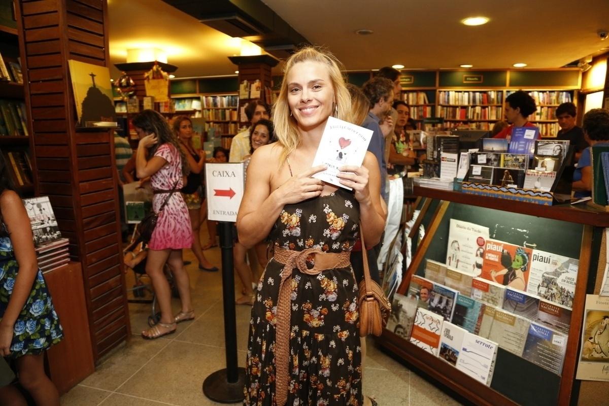 14.jan.2015 - Amiga inseparável, Carolina Dieckmann marcou presença no lançamento do livro de crônicas