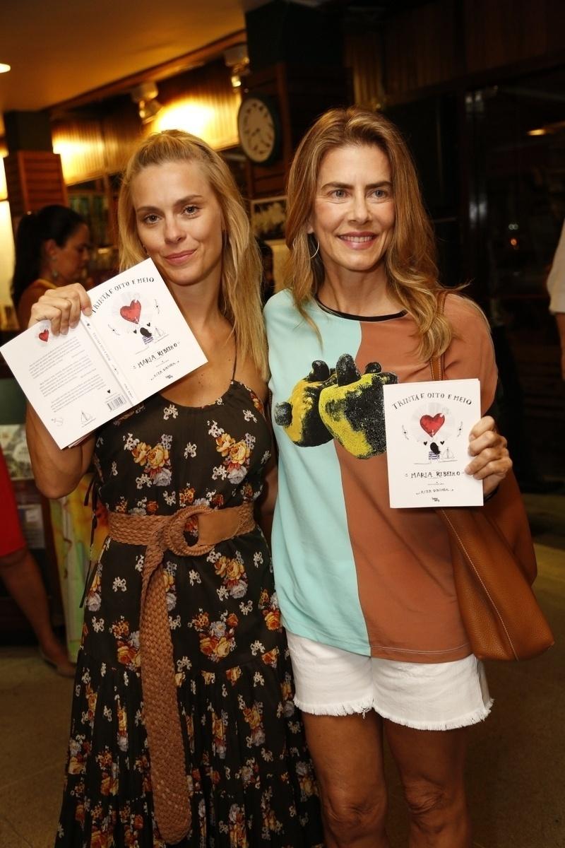 14.jan.2015 - Carolina Dieckmann e Maitê Proença no lançamento do livro de crônicas