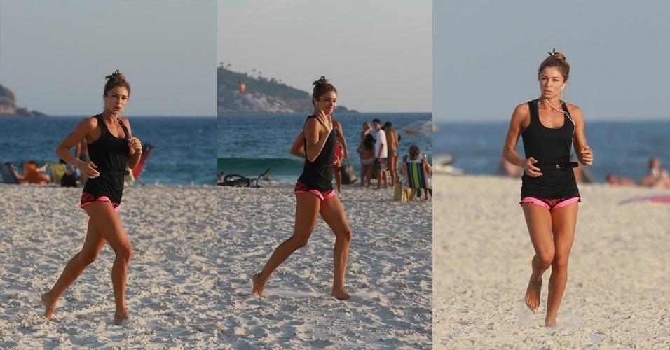 14.jan.2015 - Grazi Massafera aproveitou a temperatura um pouco mais baixa para se exercitar nas areias da praia da Barra da Tijuca, no Rio de Janeiro, na tarde desta quarta-feira. Ao perceber que estava sendo fotografada, a atriz acenou para o paparazzo e seguiu sua caminhada