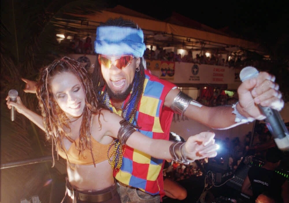 Daniela Mercury e Carlinhos Brown em apresentação no Farol da Barra no Carnaval de 1996