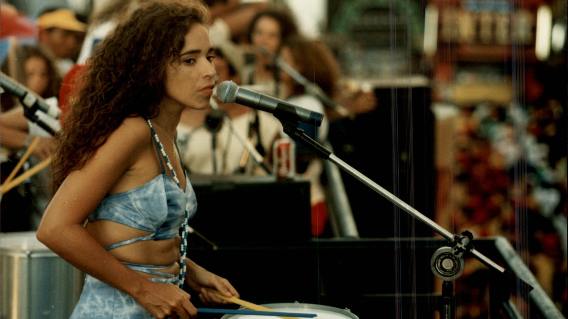 Daniela Mercury toca tambor em apresentação em 1994 em Salvador