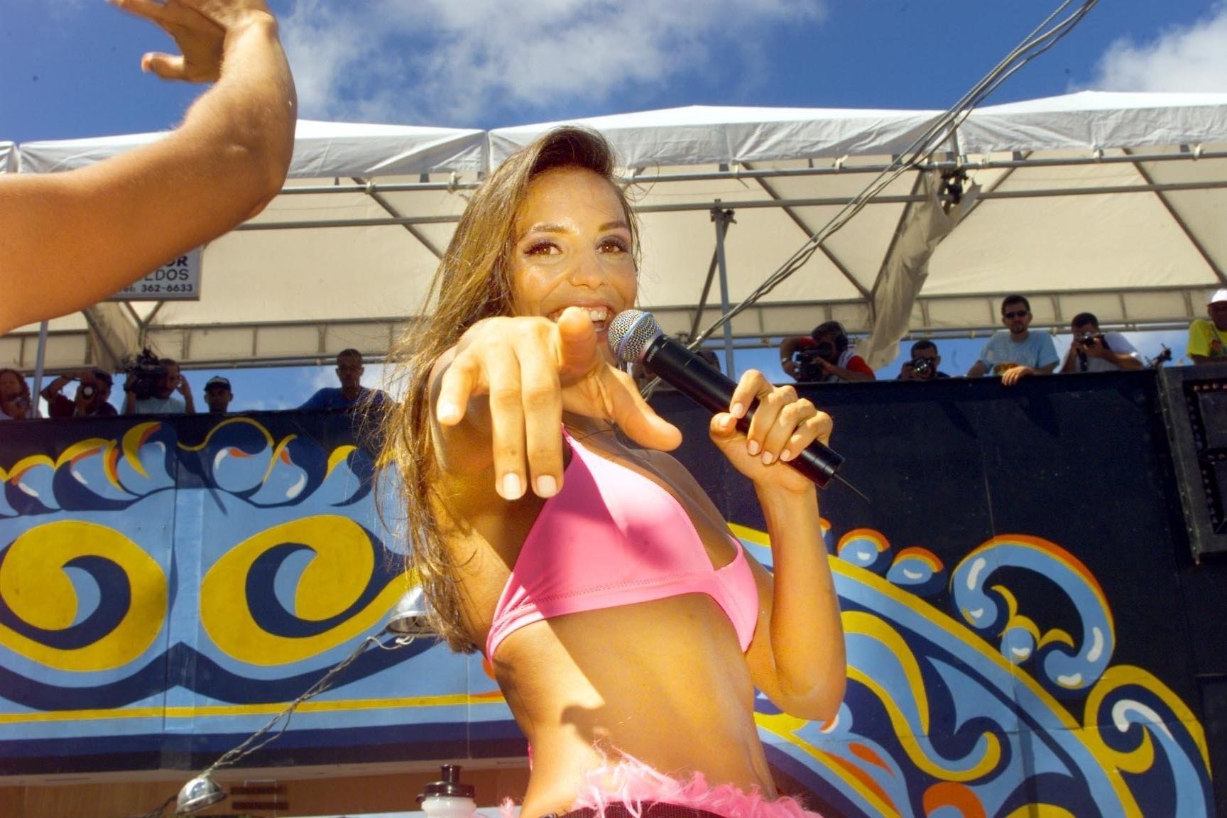 Ivete Sangalo canta no trio elétrico da Banda Eva em sua despedida do grupo no Carnaval de Salvador de 1999