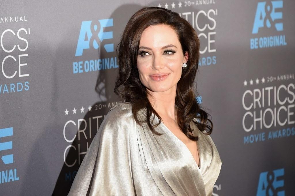 15.jan.2015 - Angelina Jolie desfila no tapete vermelho da 20ª edição do Critic's Choice Awards, em uma cerimônia realizada nesta quinta-feira, no Hollywood Palladium, em Los Angeles, nos Estados Unidos