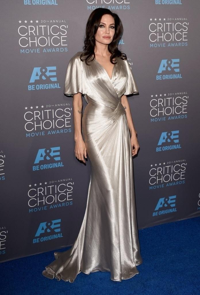 15.jan.2015 - Angelina Jolie desfila seu vestido longo na 20ª edição do Critic's Choice Awards, em uma cerimônia realizada nesta quinta-feira, no Hollywood Palladium, em Los Angeles, nos Estados Unidos