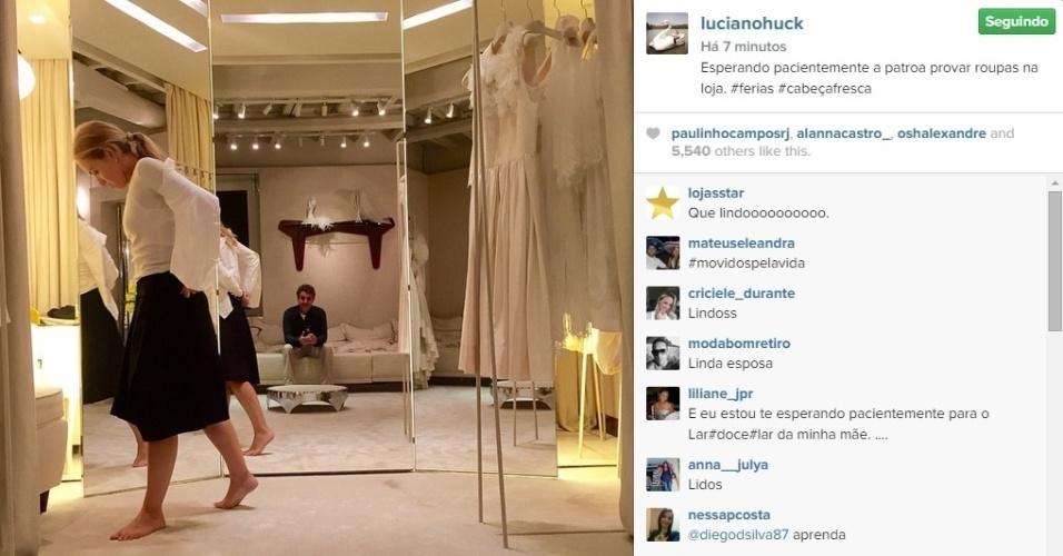 16.jan.2015 - Luciano Huck e Angélica estão curtindo as férias juntinhos. No Instagam, o apresentador publicou uma foto da amada experimentando roupas e contou que teve que fazer shopping com ela.