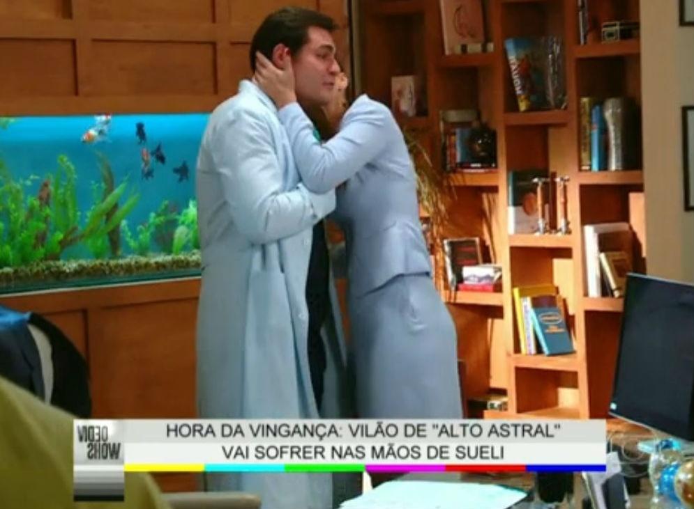 16.jan.2015 - Thiago Lacerda ganha beijo de Débora Nascimento