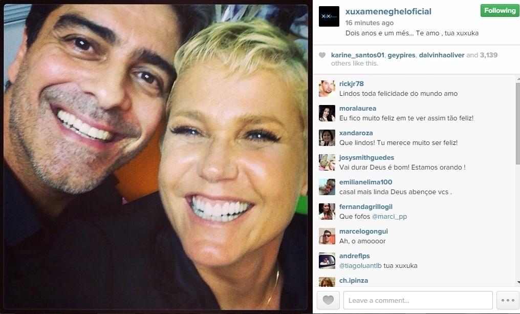 16.jan.2015 - Xuxa postou uma foto ao lado do namorado, o ator e cantor Junno Andrade, em seu perfil no Instagram na manhã desta sexta-feira (16). Na legenda da imagem, em que os dois aparecem sorrindo, ela comemora os dois anos e um mês de relacionamento entre eles