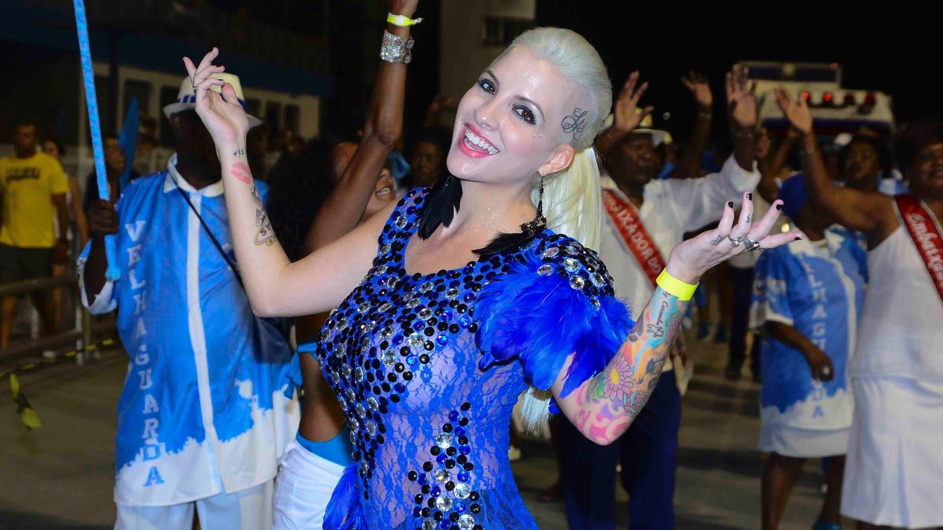 16.jan.2015 - Ex-BBB Clara Aguillar abusa da transparência durante o ensaio técnico da Nenê de Vila Matilde, no sambódromo do Anhembi, na zona norte de São Paulo