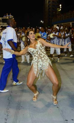 16.jan.2015 - Lívia Andrade faz malabarismos no ensaio técnico da Nenê de Vila Matilde, no sambódromo do Anhembi, na zona norte de São Paulo