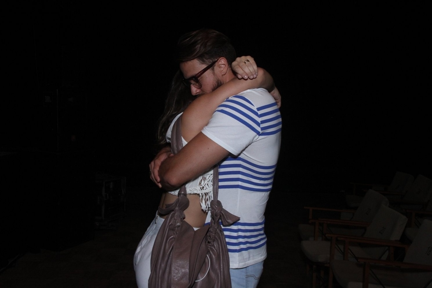 16.jan.2015 - Priscila Fantin ganha um abraço e um beijo do marido, Renan Abreu, na estreia do espetáculo