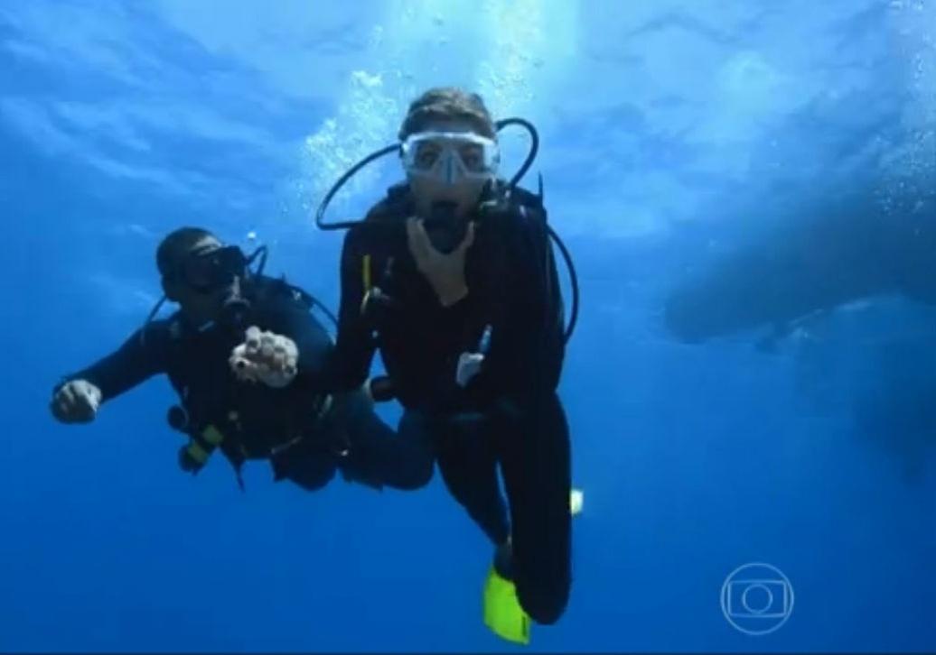 17.jan.2015 - Grazi Massafera durante mergulho em Fernando de Noronha