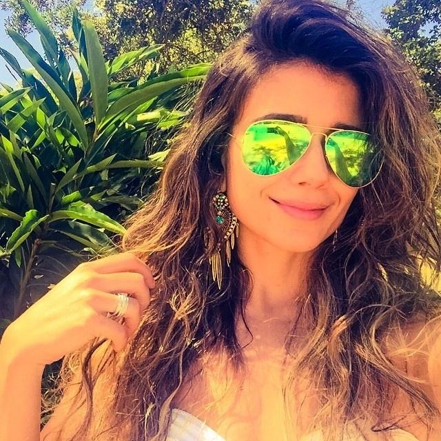 17.jan.2015- Paula Fernandes anda cada vez mais estilosa e cuidadosa com o seu visual. Neste sábado(17), a cantora postou em seu Instagram uma imagem com óculos na cor verde. Bronzeada, ela fez questão de mandar um recado aos fãs.