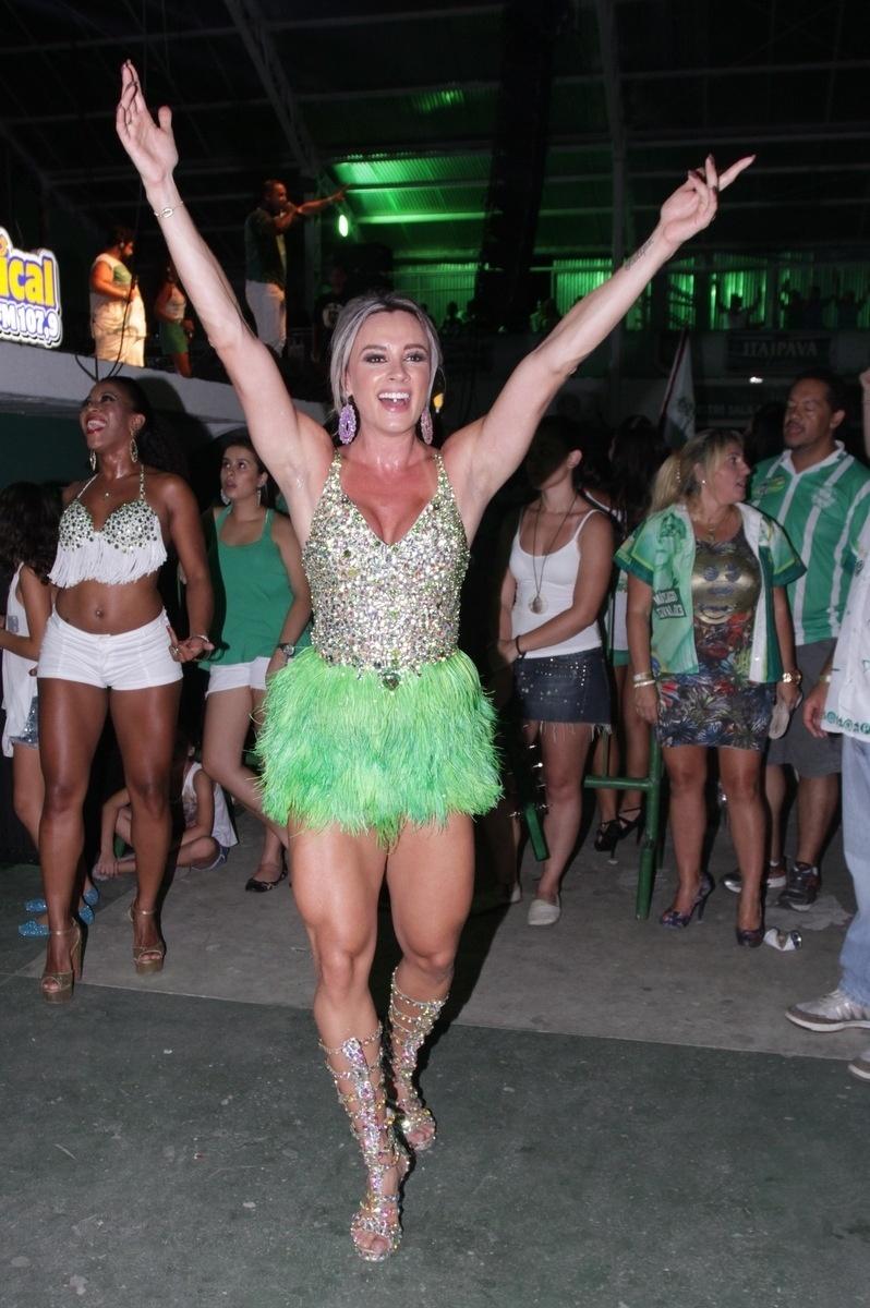 18.jan. 2015 - Juju Salimeni mostra seu samba em ensaio da Mancha Verde