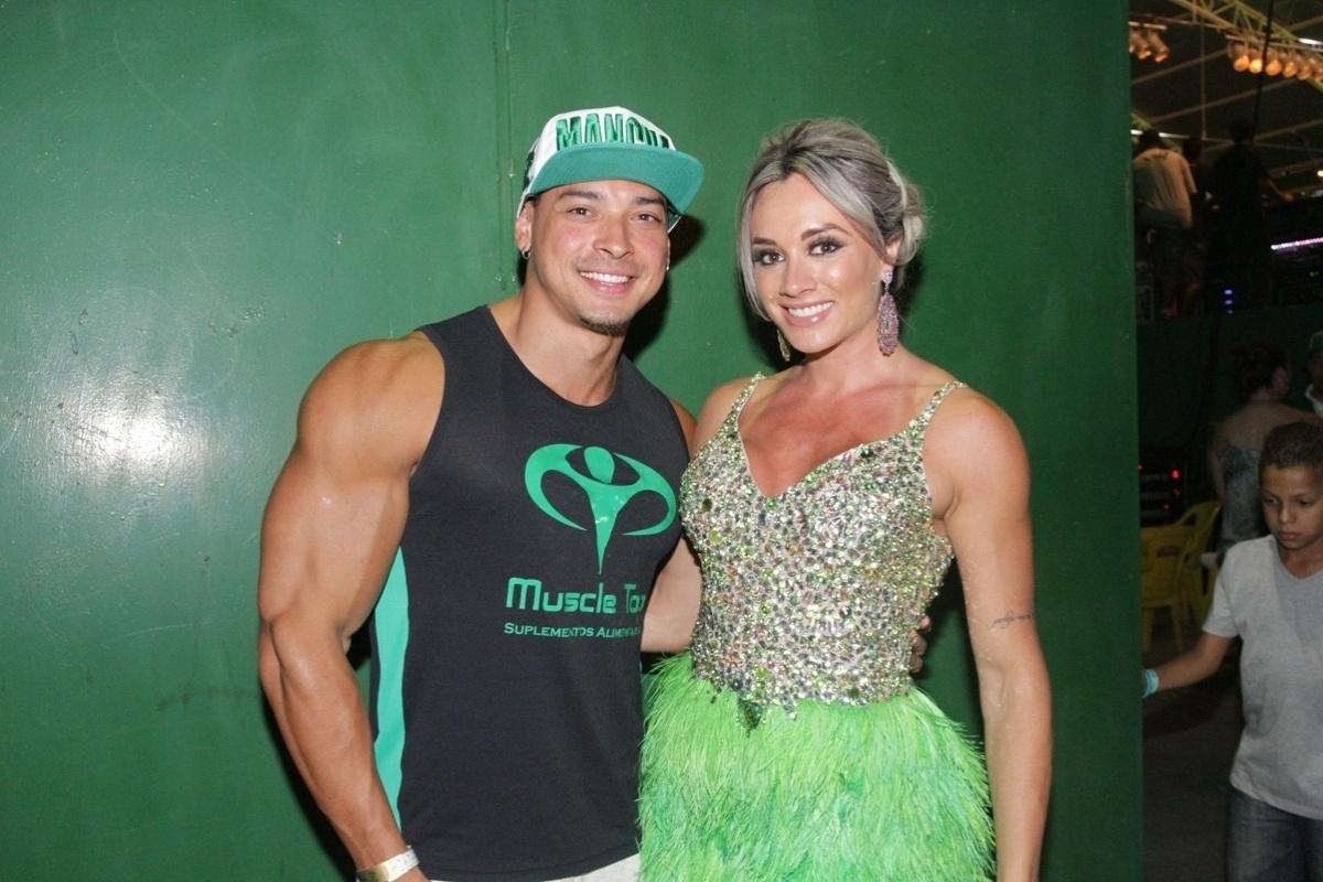 18.jan.2015 - Juju Salimeni e o noivo Felipe Franco curtiram o ensaio da Mancha Verde na noite de sábado (17), em São Paulo.