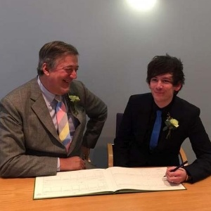 Stephen Fry se casa com Elliot Spencer