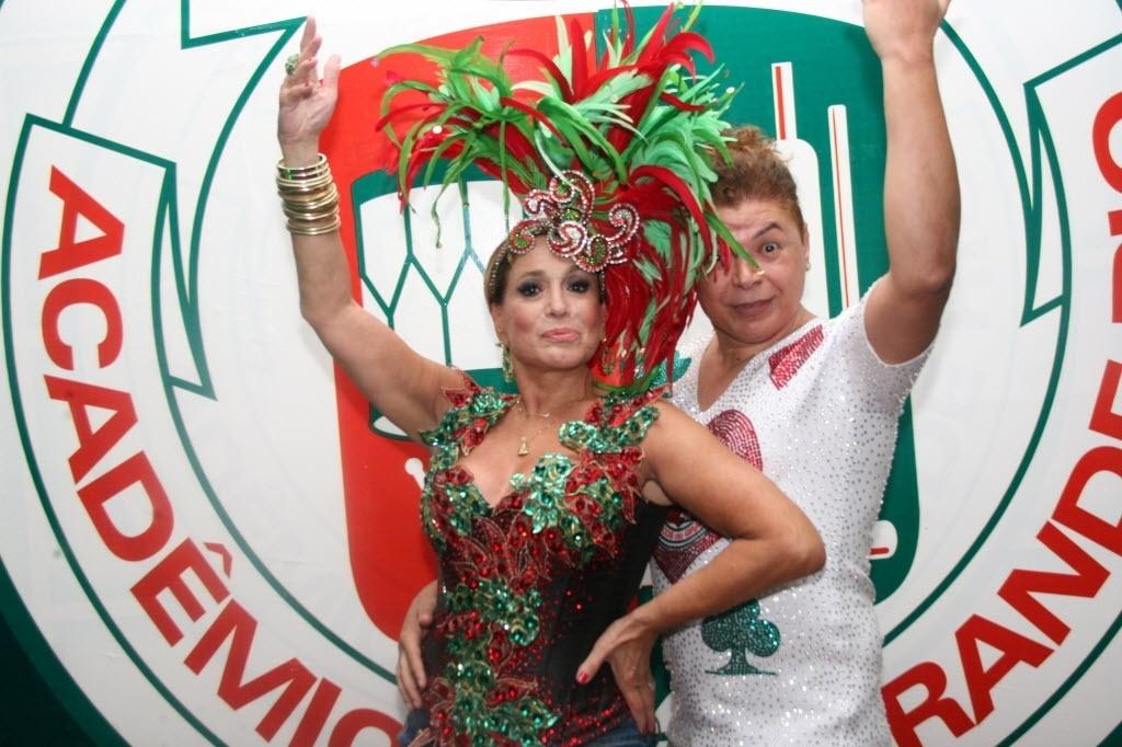 14.jan.2015 - Com David Brazil, Susana Vieira desfilou cabelos curtíssimos e superloiros em ensaio na quadra da Grande Rio