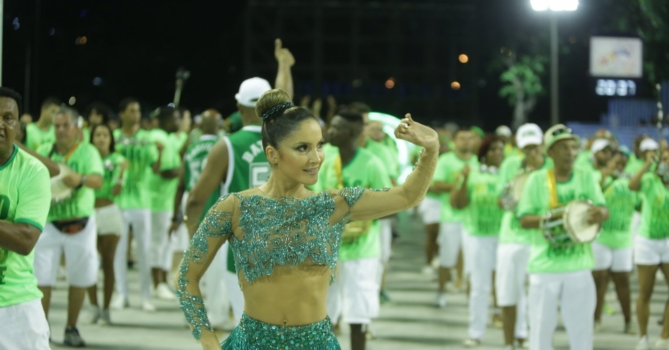 18.jan.2015 - Claudia Leitte mostrou que tem samba no pé. A rainha de bateria da Mocidade também provou que já  sabe o samba enredo da escola