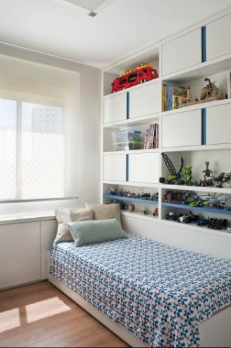 Nichos, caixas com rodízios e móveis sob medida organizam  ~ Quarto Planejado Gamer