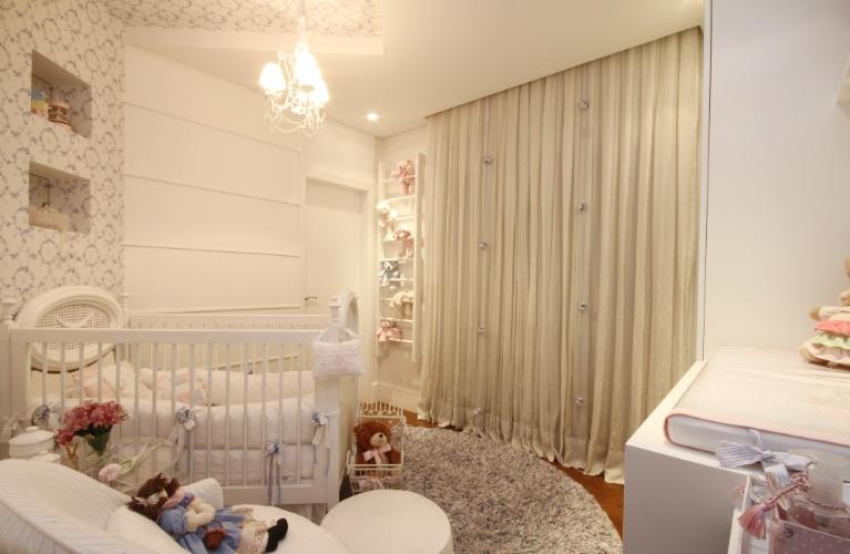 Nichos, caixas com rodízios e móveis sob medida organizam quarto da criança