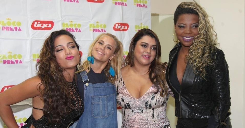 19.jan.2015 - Anitta, Carolina Dieckmann, Preta Gil e MC Ludmilla se reúnem nos bastidores do ensaio do