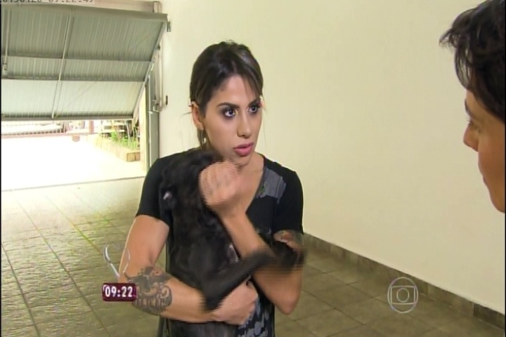 Vanessa Mesquita segura no colo cachorro que resgatou das ruas. Ex-BBB compra casa nova para a família em Pirituba, em São Paulo