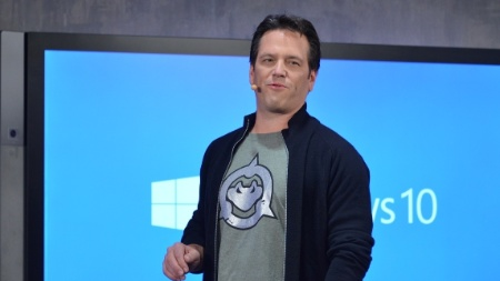 "Com camiseta de ""Battletoads"", Phil Spencer mostrou a interação entre Windows 10 e Xbox One"