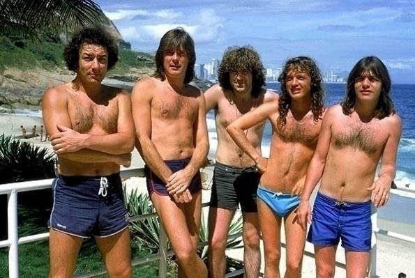 Integrantes do grupo AC/DC aproveitam o calor para dar um pulo na praia.