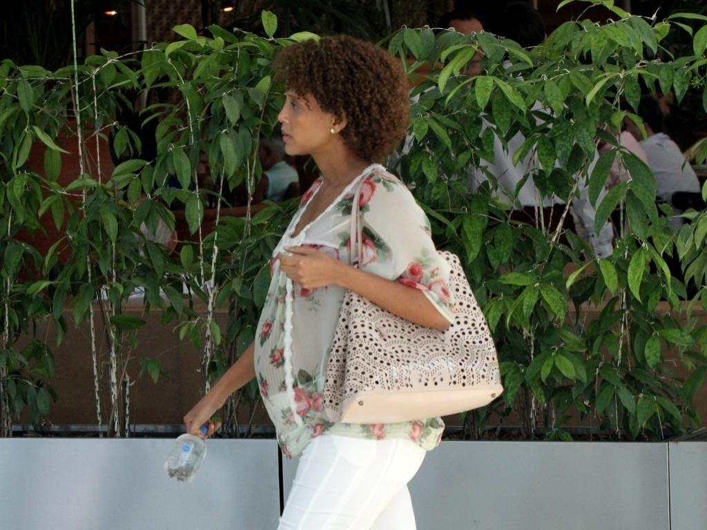 18.dez.2014 - Taís Araújo exibe o barrigão de grávida ao passear em shopping do Rio de Janeiro